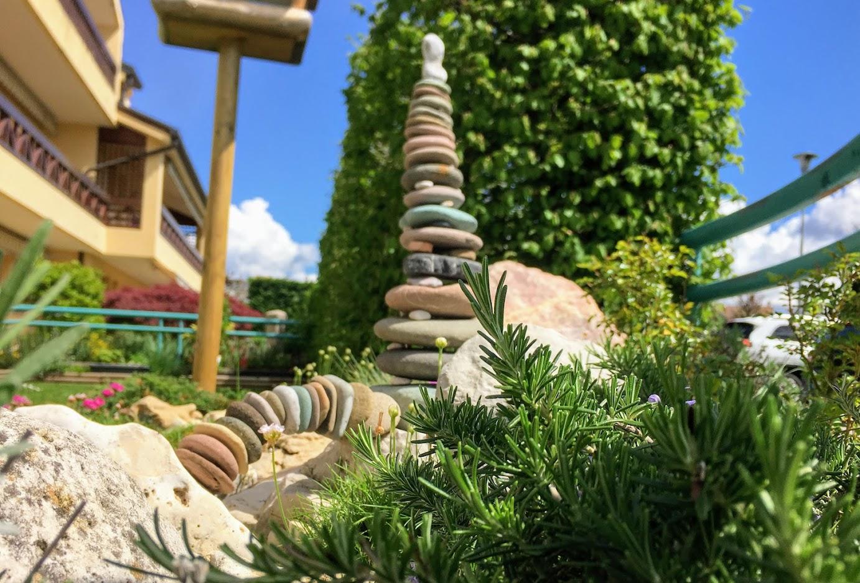 Stone Balancing con un ponte e una colonna di pietre