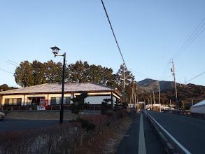 左が駐車地のウォーキングセンター(奥が本宮山)