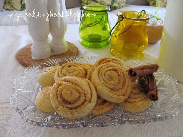 Сладки с крема сирене и кристална захар