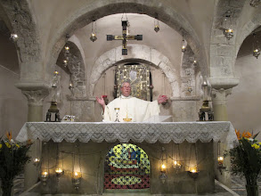 Photo: It.s2C34-141011Bari, basilique, crypte, messe, célébrant, Notre Père  IMG_6128