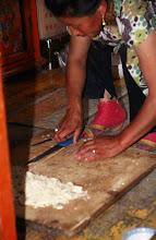 Photo: 03306 ハドブルグ家/麺作り/小麦粉に水を加えてこねる。薄くのばして1時間半おき、表面が乾燥したら重ねて細切りにする。
