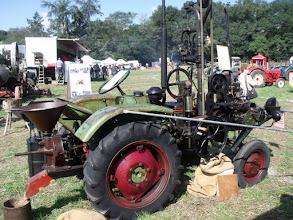 Photo: Vue générale d'un tracteur multifonction: un égrenoir (roue) moulin à farine ..............
