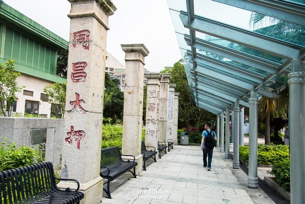 美利樓旁的石柱是當時油麻地上海街重建時,把一些具有特色的中式唐樓騎樓的石柱移到這邊來。