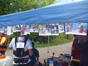 Photo: Toll: Bilder aller teilnehmenden Läufer hängen am VP