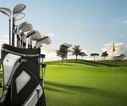 Черно-бяла чанта за стикове за голф на игрището