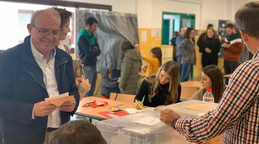 Antonio Bonilla, alcalde de Vicar, ejerce su derecho al voto.
