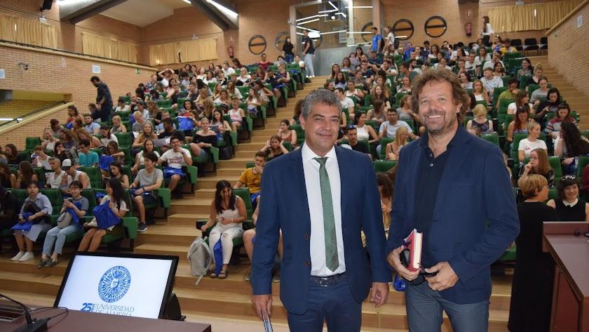 El rector, Carmelo Rodríguez, y el director del Secretariado de Movilidad Internacional.