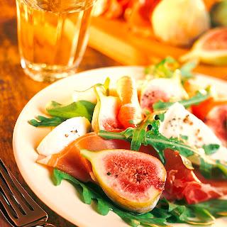 Rucolasalat mit Mozzarella, Feigen und Parmaschinken
