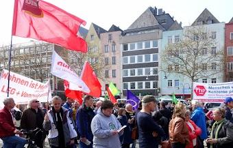 Demo mit Fahnen und Transparenten «Wohnen ist Menschenrecht».
