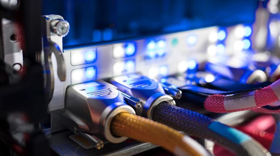 Extreme Nahaufnahme der Kabel und Ports an einem Server