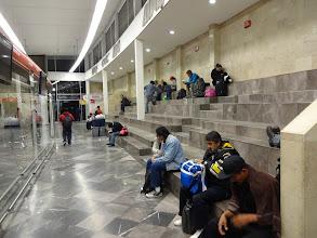 Photo: Příjezdová hala v Mexiko City. Za zmínku ovšem stojí to, co tomu předcházelo. Takže cestou z raftů jsme nasedli na špatnej autobus, do Xalapy jsme přijeli pozdě a zmeškali tak autobus do Mexiko city, na kterej jsme měli koupený lístky. Nasedli jsme teda na nejbližší volnej autobus, ovšem přijeli jsme asi ve tři hodiny ráno. A že je to město nebezpečný, tak jsme zůstali v příjezdový STUDENÝ hale dokud neotevřeli odjezdovou halu, kde jsme pak pospávali do osmi hodin.