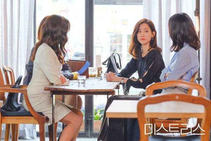 5 kiểu ngoại tình sôi máu trong phim Hàn, tức nhất là màn cà khịa bà cả của bản sao Song Hye Kyo ở Thế Giới Hôn Nhân - Ảnh 17.