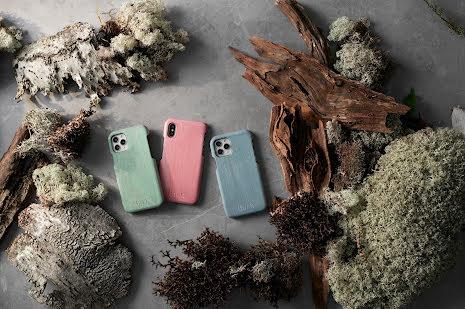 Mobilskal till iPhone SE 2020 av svenskt hyggefritt trä, natur eller färg