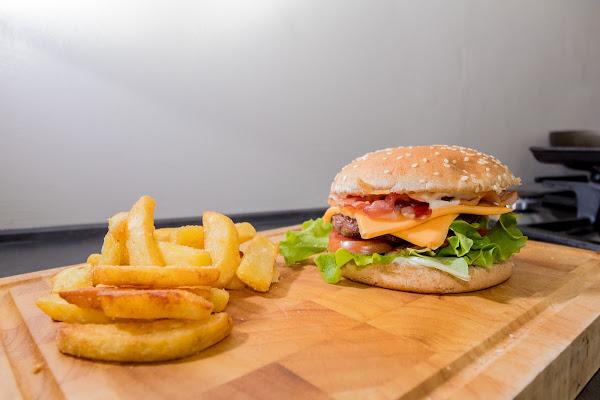 Clubhouse Burger e patatine di Nikos