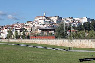 Photo: 16: Desde delante del convento se tiene una bonita perspectiva de la montaña de Coimbra coronada por la Universidad.