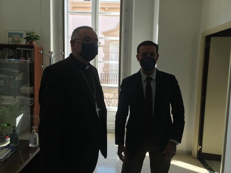 El presidente de la Diputación, Javier Aureliano García, y el obispo coadjutor de Almería, Antonio Gómez.