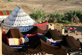 Photo: 20: También había un patio lleno de jaimas, hechas con pelo de camello. Si querías podías dormir allí o en otras que tenían en medio del desierto, para ver amanecer desde las dunas.