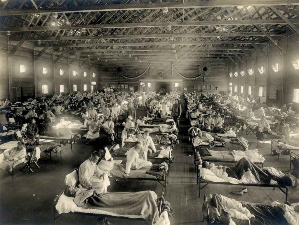 Những người lính từ Fort Riley (Kansas, Mỹ) được điều trị bệnh cúm Tây Ban Nha tại một bệnh viện ở Camp Funston.