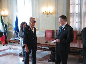 Photo: Il Prefetto Claudio Sammartino conferisce a Carmen Spigno l'onorificenza di Cavaliere all'Ordine al Merito della Repubblica Italiana per meriti artistici