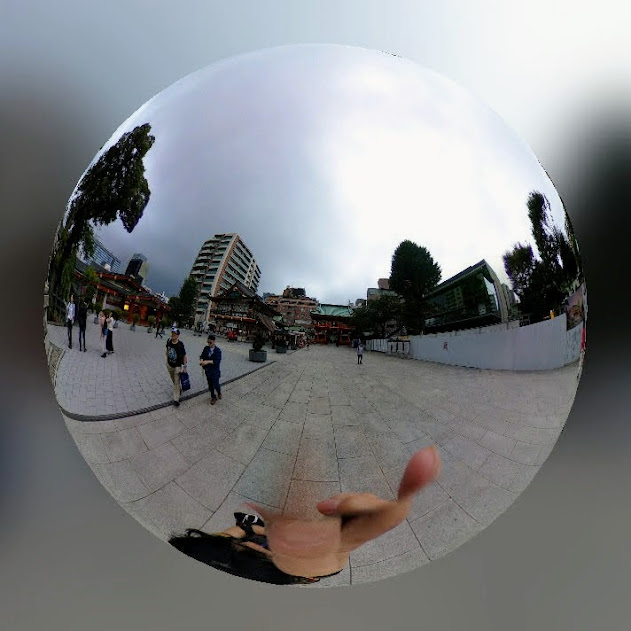 神田明神にて。シータで撮影した写真を「ミラーボール」モードに編集