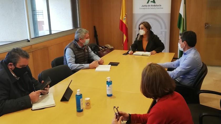 Maribel Sánchez, delegada de la Junta en Almería, presidiendo la reunión de este lunes en la delegación de Salud.