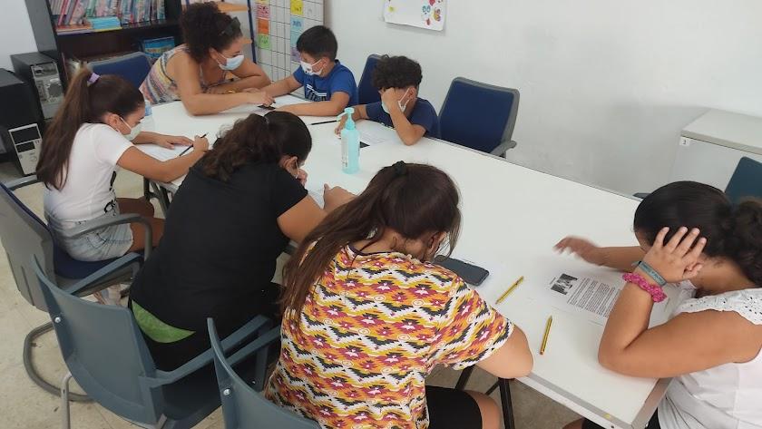 Niños de El Puche en un taller organizado por Ítaca