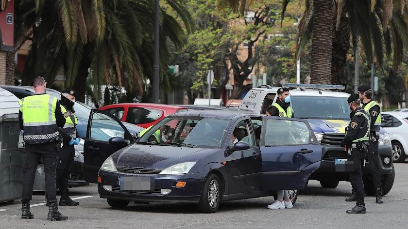 Si vas en coche con un acompañante durante el estado de alarma puedes ser multado.