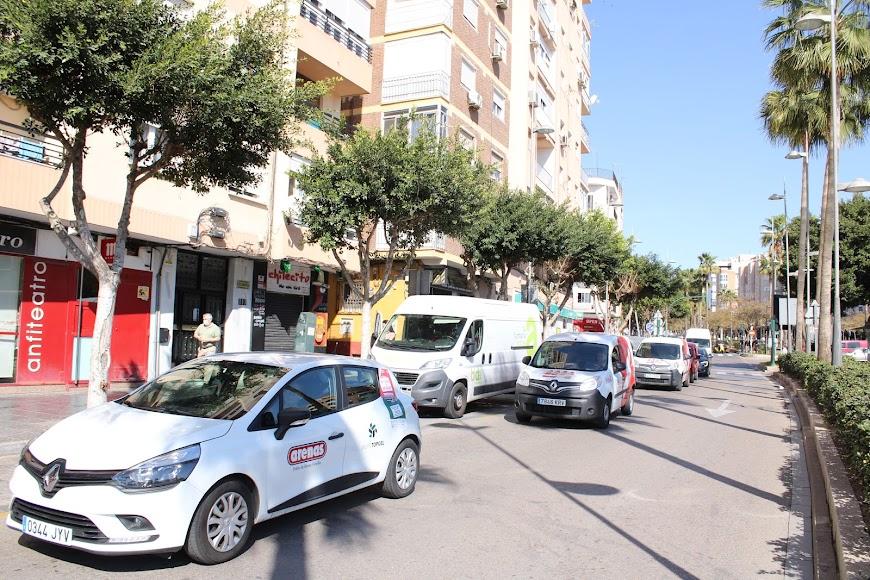La caravana de vehículos de protesta de Ashal recorrió la Avenida Federico García Lorca.