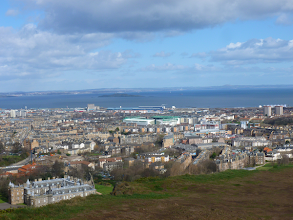 Photo: Arthur Seat domine la ville