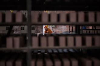 Photo: El hombre y los ladrillos