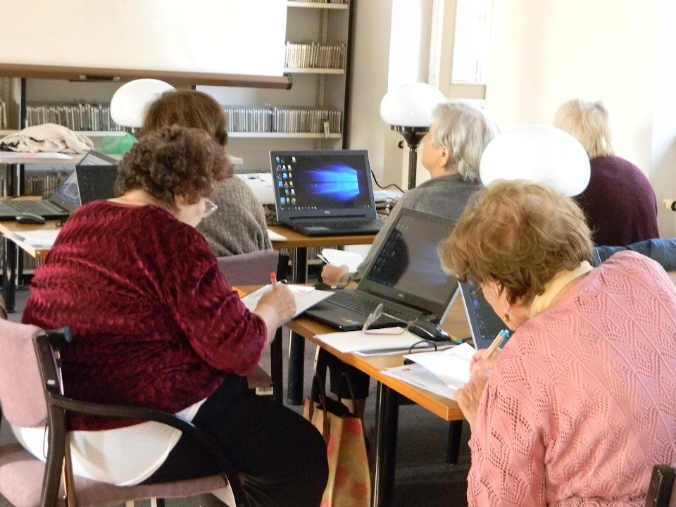 Számítógép előtt ülő emberek
