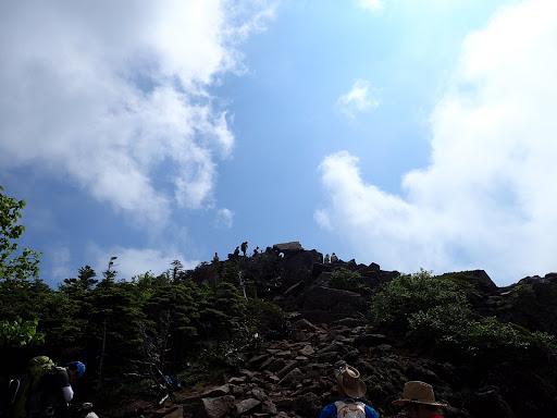 ニュウ山頂を見上げる