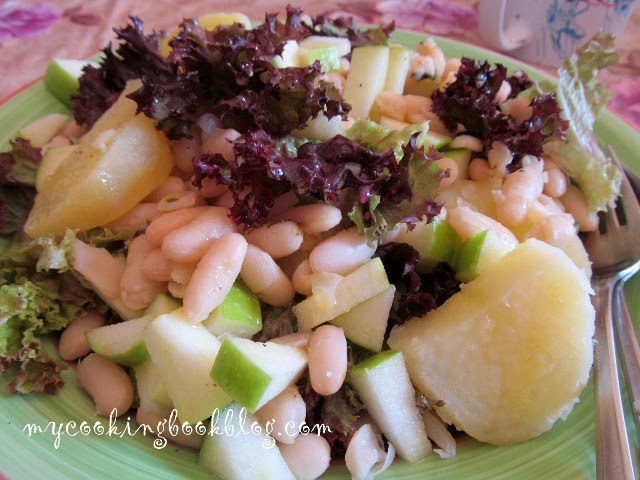Салата с бяб боб, зелена ябълка, картофи и лоло росо