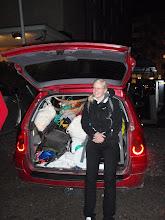 Photo: Eri rastien tavarat pakattuna autoon kuljetusta varten.  Kuva ei sitä kerro, mutta myös takapenkki oli täynnä tavaraa ja riu'ut vievät osan etumatkustajan tilasta.