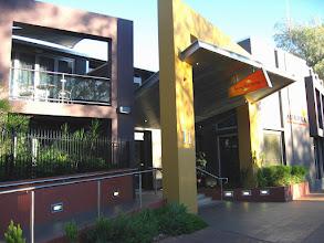 Photo: 012-Aurora Alice Springs, les chambres sont trop petites avec un mobilier sans goût. La salle de bains est ridicule! Ne mérite pas 3*