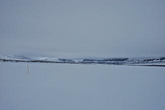 Kuva: Porojärven laakso klo 10:35, tunturin sää voi muuttua uskomattoman nopeasti. Kaikki on niin tasaisen valkoista, ei ole varjopaikkoja