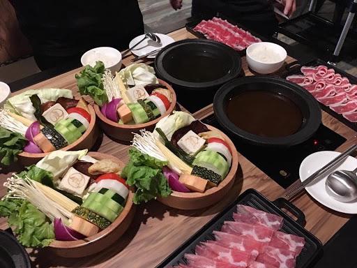 多種風味的烏骨雞湯,獨特口味的府城壽喜燒!!牛,豬肉,海鮮很適合搭配和風昆布鍋!舒適的用餐環境適合好友,家人聚餐