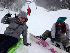 Photo: Jenny entschied sich um Snowboard fahren und hat gute Tests hingelegt. Kerstin und Calle sind mit dem Schlitten den Berg runter.
