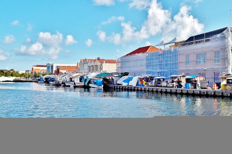 Photo: Boats Behind Floating Market