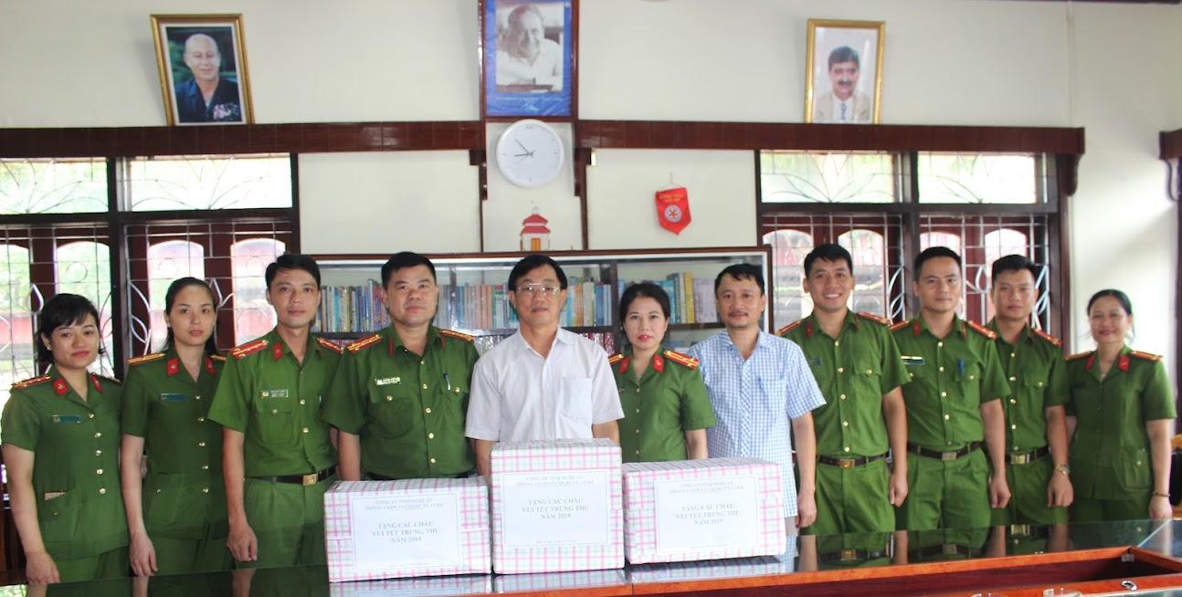 Phòng Cảnh sát QLHC về TTXH Công an tỉnh tặng quà cho Làng trẻ SOS