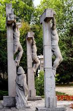 Photo: A templom mögött kapott helyet az egykori Golgota téri kápolna mellett álló kálvária, vagyis annak maradéka (az 1. és 14. szobor volt menthető) – hiszen a kommunisták a kápolnával együtt 1971-ben azt is felrobbantották –, továbbá Tarr Miklós 1977-ben elkészült stációi.