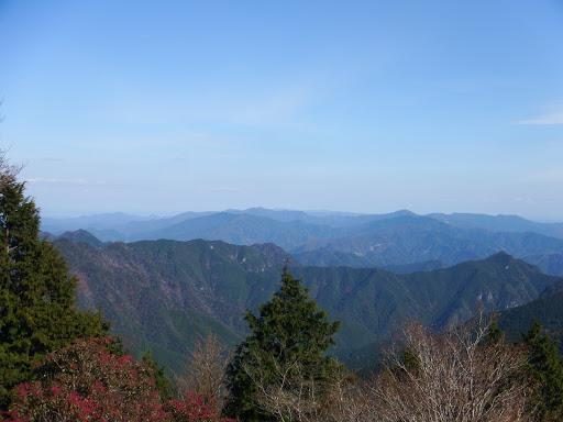 右から駒の行者山・隠れ山・船窪山など(奥に国見山・七洞岳も)