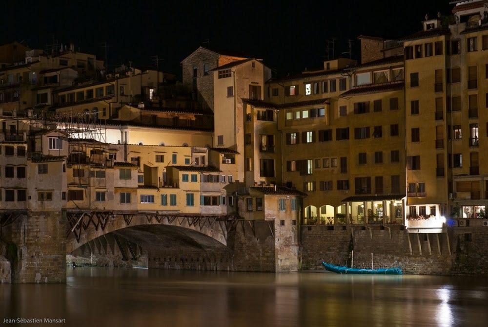 Ponte Vecchio, a ponte medieval ocupada por lojas em Florença