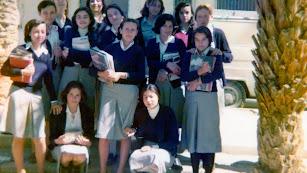 Un grupo de alumnas del curso 76-77, con el uniforme oficial de la escuela.
