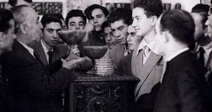 Juan Cuadrado en el Museo Arqueológico con alumnos del instituto.