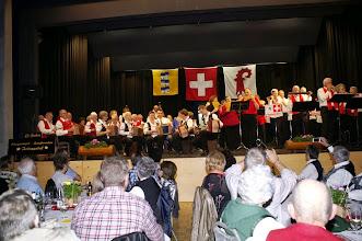 """Photo: Das grosse Finale:  Alle Formationen spielen gemeinsam """" im Örgelihuus. """" Eine würdige Jubiläumsfeier geht fröhlich zu Ende!"""