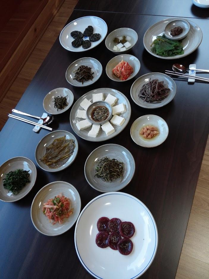 한식의 밥상-다양한 밥상이 한상에 차려져 둘러앉아 먹는다  ⓒ Seonyoung Im