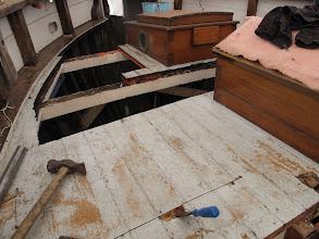 Photo: On termine de démonter le pont. On voit ici comment : un trait de scie circulaire, on ménage une ouverture au ciseau...