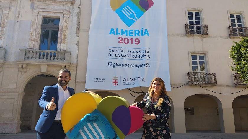 Ramón Fernández-Pacheco y Carolina Lafita, este mediodía en la Plaza Vieja.