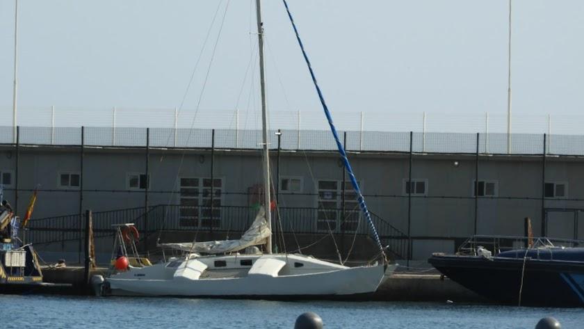 Barco capturado por Aduanas, amarrado en el Puerto de Almería (@Héroesdelmar)